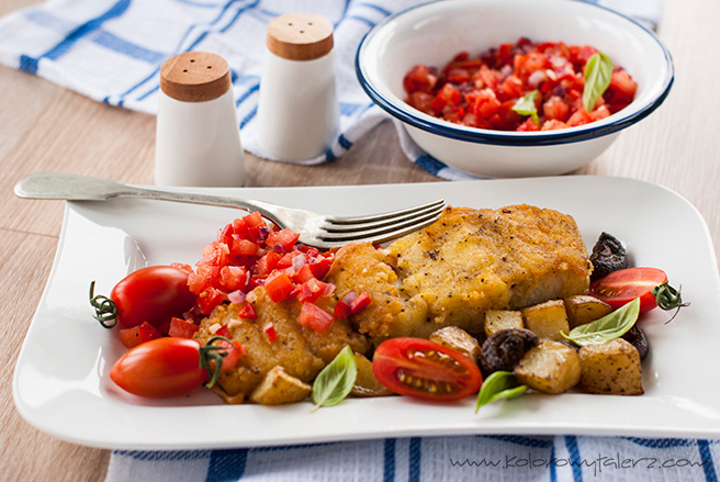 dorsz curry zpieczonymi ziemniaczkami ipieczarkami orazpomidorową salsą