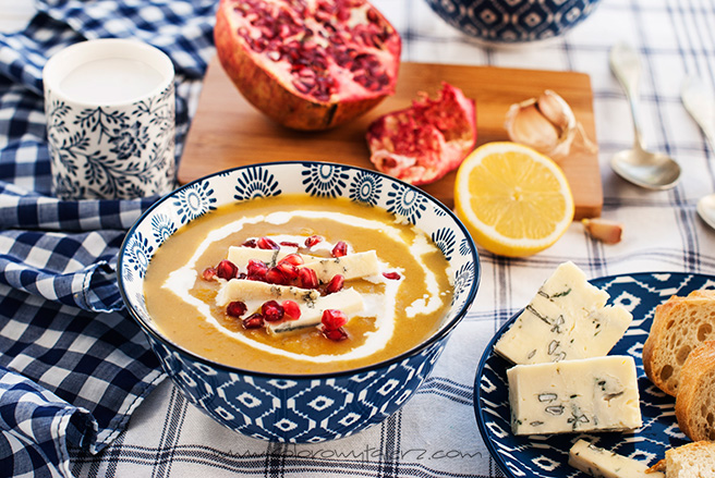 zupa dyniowa zserem pleśniowym ipestkami granatu