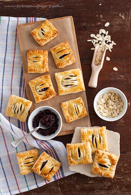 ciasteczka francuskie zkonfiturą wiśniową ipłatkami migdałów