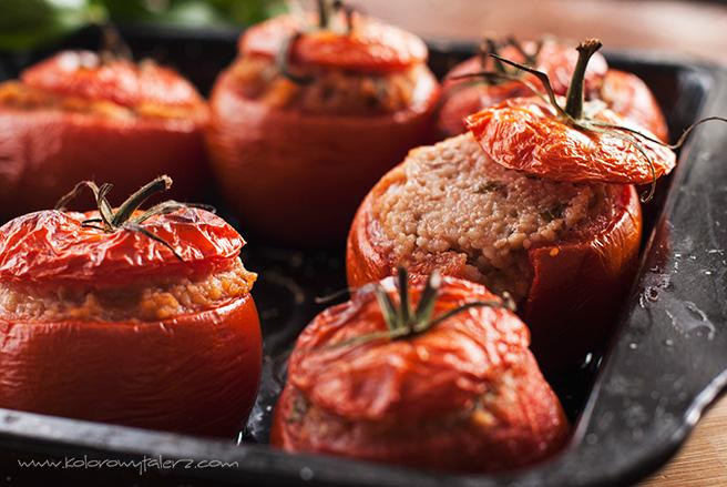pomidory nadziewane kaszą kuskus, orzechami włoskimi imozzarellą
