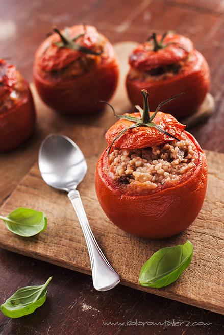 pomidory faszerowane kaszą kuskus, orzechami włoskimi imozzarellą