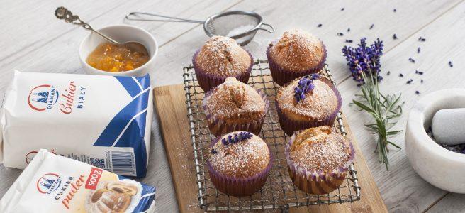 muffiny z cukrem lawendowym i konfiturą brzoskwiniową