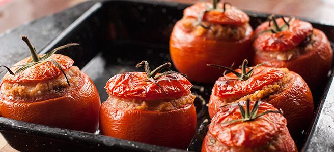 pomidory faszerowane kaszą kuskus, orzechami włoskimi i mozzarellą