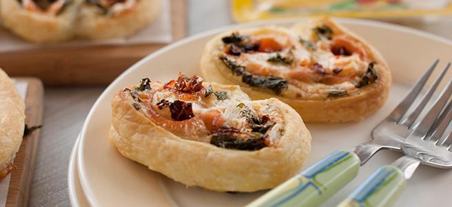 wytrawne ślimaczki z jarmużem, serem, szynką i pomidorami