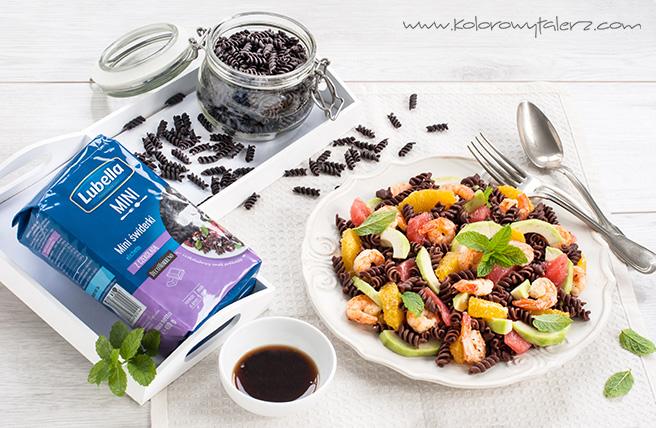 egzotyczna sałatka zmakaronem czekoladowym ikrewetkami